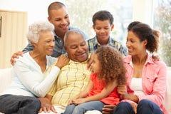 3 generatiefamilie thuis Stock Afbeelding