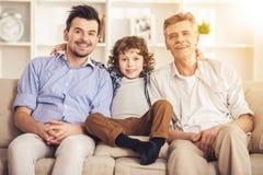 Generatieportret Grootvader, vader en zoonszitting op bank Royalty-vrije Stock Fotografie