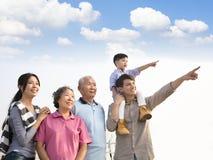 Generatiesfamilie die pret hebben samen in openlucht royalty-vrije stock foto