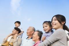 Generatiesfamilie die pret hebben samen in openlucht stock afbeeldingen
