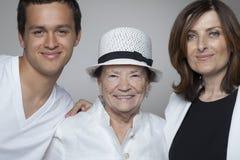 3 generatiesfamilie in witte doeken Stock Afbeelding