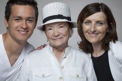 3 generatiesfamilie in witte doeken Royalty-vrije Stock Foto