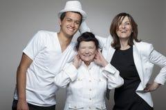 3 generatiesfamilie in witte doeken Stock Afbeeldingen