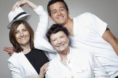 3 generatiesfamilie in witte doeken Stock Fotografie