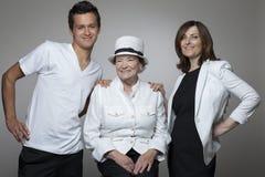 3 generatiesfamilie in witte doeken Royalty-vrije Stock Afbeelding