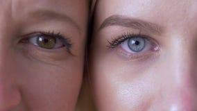 Generatieverschil, ogen van mum en dochtergezichten naast elkaar het bekijken samen camera