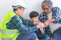 Generation von Erbauern hilft, Backsteinmauer für Zusammengehörigkeitskonzept zu errichten lizenzfreie stockbilder