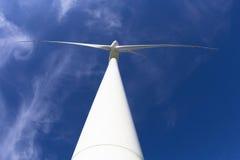 Generatore di corrente del mulino a vento con cielo blu Fotografie Stock Libere da Diritti