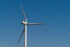 Generatore di corrente del mulino a vento contro il cielo Fine in su Immagini Stock Libere da Diritti