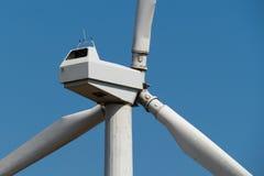 Generatore di corrente del mulino a vento contro il cielo Fine in su Fotografia Stock Libera da Diritti