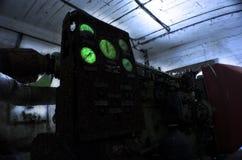 Generatore diesel in un riparo abbandonato, nell'ambito della luce di una torcia elettrica Fotografia Stock Libera da Diritti
