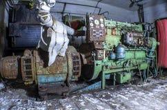 Generatore diesel in un riparo abbandonato, nell'ambito della luce di una torcia elettrica Immagine Stock