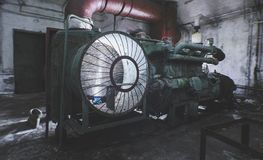 Generatore diesel in un riparo abbandonato, nell'ambito della luce di una torcia elettrica Immagini Stock