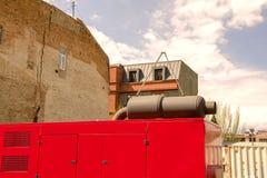 Generatore elettrico diesel fisso con un tubo di scarico dalla a Fotografia Stock