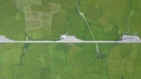 Generatore eolico aereo del paesaggio sul campo verde per l'energia eolica della generazione Centrale elettrica del mulino a vent stock footage