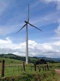Generatore eolico al campo dell'agricoltore in Costa Rica Fotografia Stock