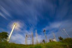 Generatore eolico commovente, pali di potere, pali di telecomunicazioni Fotografie Stock Libere da Diritti