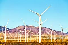 Generatore eolico con cielo blu Immagine Stock