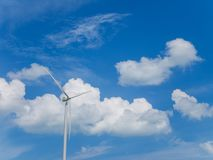 Generatore eolico con cielo blu e le nuvole bianche Fotografia Stock