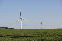Generatore eolico con il campo ed il cielo blu verdi, Cornovaglia, Regno Unito Fotografia Stock