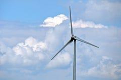 Generatore eolico con il fondo della nuvola Fotografie Stock Libere da Diritti