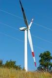 Generatore eolico con la linea elettrica Immagine Stock