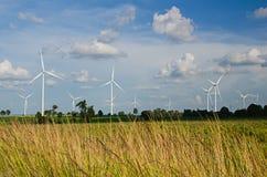 Generatore eolico contro cielo blu nuvoloso Fotografia Stock