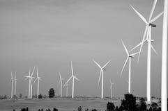 Generatore eolico contro il fondo nuvoloso del cielo blu Fotografia Stock Libera da Diritti