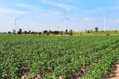 Generatore eolico contro il fondo nuvoloso del cielo blu immagini stock libere da diritti