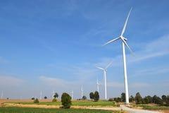 Generatore eolico contro il fondo nuvoloso del cielo blu fotografia stock