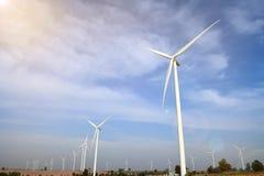 Generatore eolico contro il fondo nuvoloso del cielo blu fotografie stock