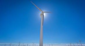 Generatore eolico contro l'azienda agricola del mulino a vento e del sole Fotografie Stock Libere da Diritti