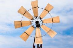 Generatore eolico di legno su cielo blu Fotografia Stock Libera da Diritti