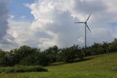 Generatore eolico e nuvole sbalorditive fotografia stock libera da diritti