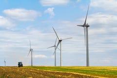 Generatore eolico Eolian con il trattore dell'aratro nei precedenti Immagini Stock Libere da Diritti