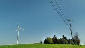 Generatore eolico industriale vicino alla linea elettrica stock footage