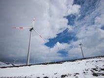 Generatore eolico nel paesaggio della montagna Immagini Stock Libere da Diritti
