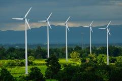 Generatore eolico per energia alternativa in campagna con terreno coltivabile Fotografia Stock