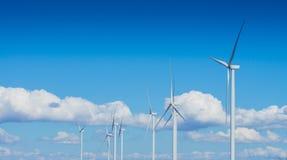 Generatore eolico per energia alternativa su fondo di cielo blu con le nuvole Immagine Stock
