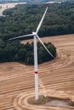 Generatore eolico su un campo, foto aerea Fotografia Stock