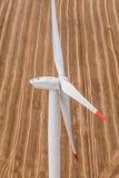 Generatore eolico su un campo, foto aerea Fotografie Stock Libere da Diritti