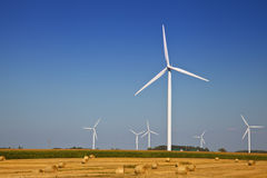 Generatore eolico sul campo dell'agricoltore Fotografia Stock