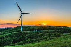 Generatore eolico sulla nebbia della collina di mattina Fotografia Stock Libera da Diritti