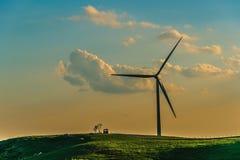 Generatore eolico sulla nebbia della collina di mattina Immagini Stock Libere da Diritti