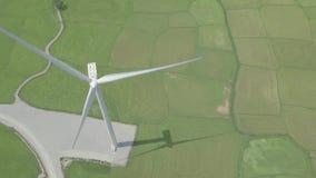 Generatore eolico sulla vista aerea verde del campo Generazione della turbina di energia eolica sulla vista del fuco della stazio stock footage