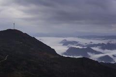 Generatore eolico a turbina sulla montagna Fotografia Stock