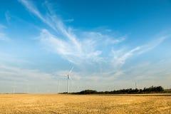 Generatore eolico in un cielo blu giallo del giacimento di fiore Fotografia Stock Libera da Diritti