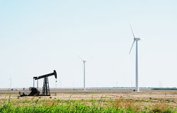 Generatori azionati dal vento di elettricità della pompa di olio Fotografia Stock Libera da Diritti