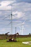 Generatori di vento e pozzi di petrolio Fotografie Stock Libere da Diritti