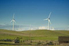 Generatori di vento in una regolazione rurale immagine stock